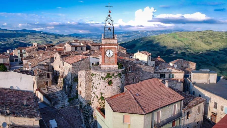 İtalyan köyünden çılgın proje: Evleri 9 liraya satacaklar! Tek şartları var