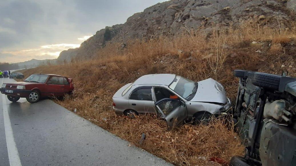 Buzlanan yolda 11 araçlık zincirleme kaza