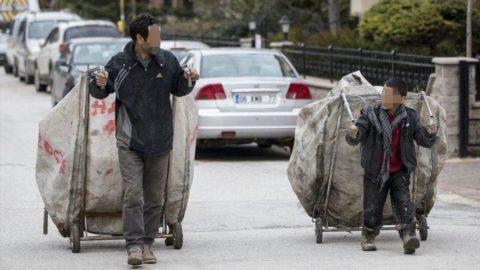 Salgında işsiz kalan binlerce kişi kağıt toplayıcılığı yapıyor