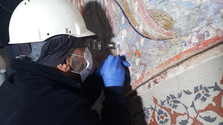 Topkapı Sarayı'nda sıvanın altından 500 yıllık süslemeler çıktı