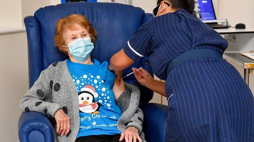 İngiltere'de ilk aşıyı 90 yaşındaki Margaret oldu