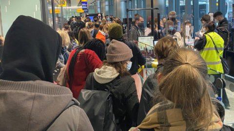 İngiltere'de mutasyon kuyruğu... Havalimanına koştular