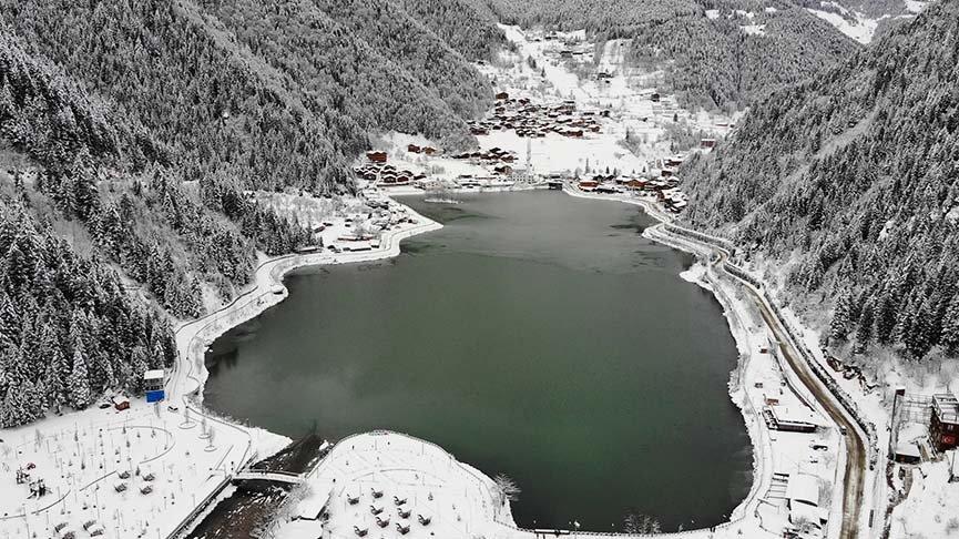 Trabzon'un doğa harikası Uzungöl kısmen dondu