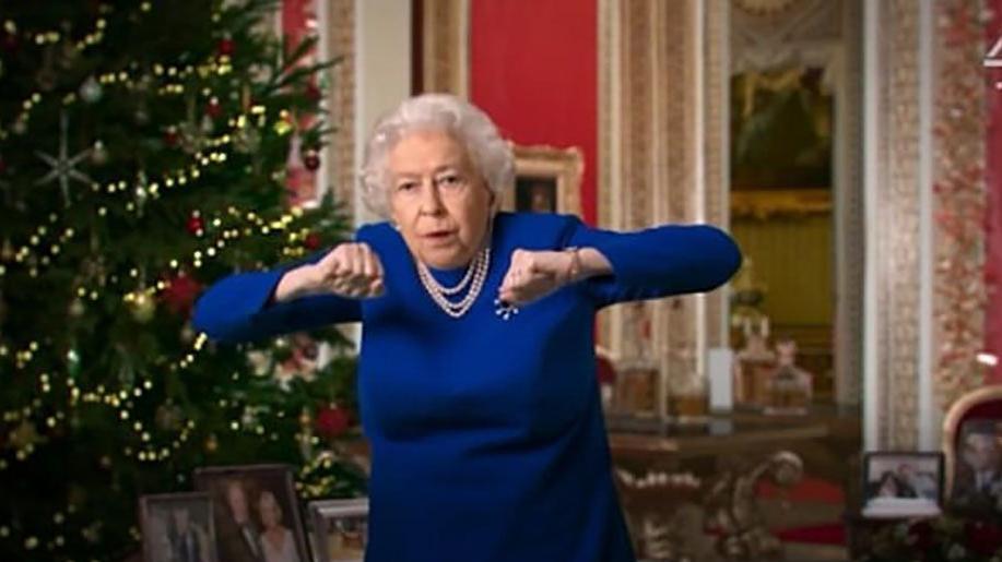 İngiltere'yi karıştıran görüntü... Kraliçe Elizabeth'e göbek attırdılar