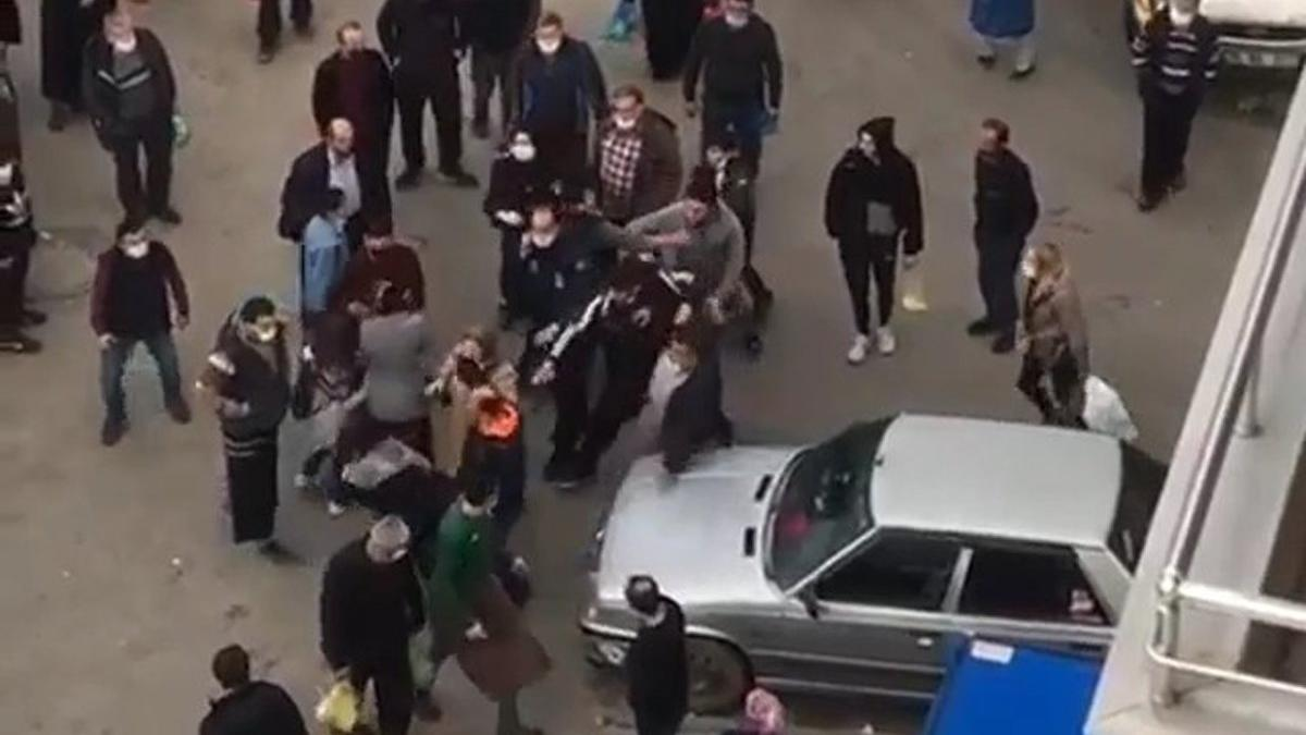 Genç kadına pazar ortasında yumruklu saldırı