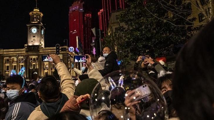 Coronanın ortaya çıktığı Wuhan'da binlerce kişi yılbaşını kutladı
