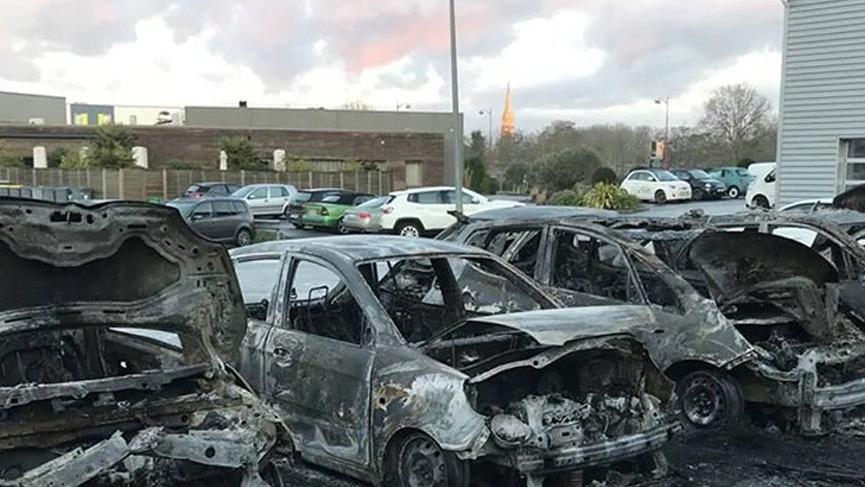 Fransa'da lüks araç bayisinde yangın: 40 araç kül oldu
