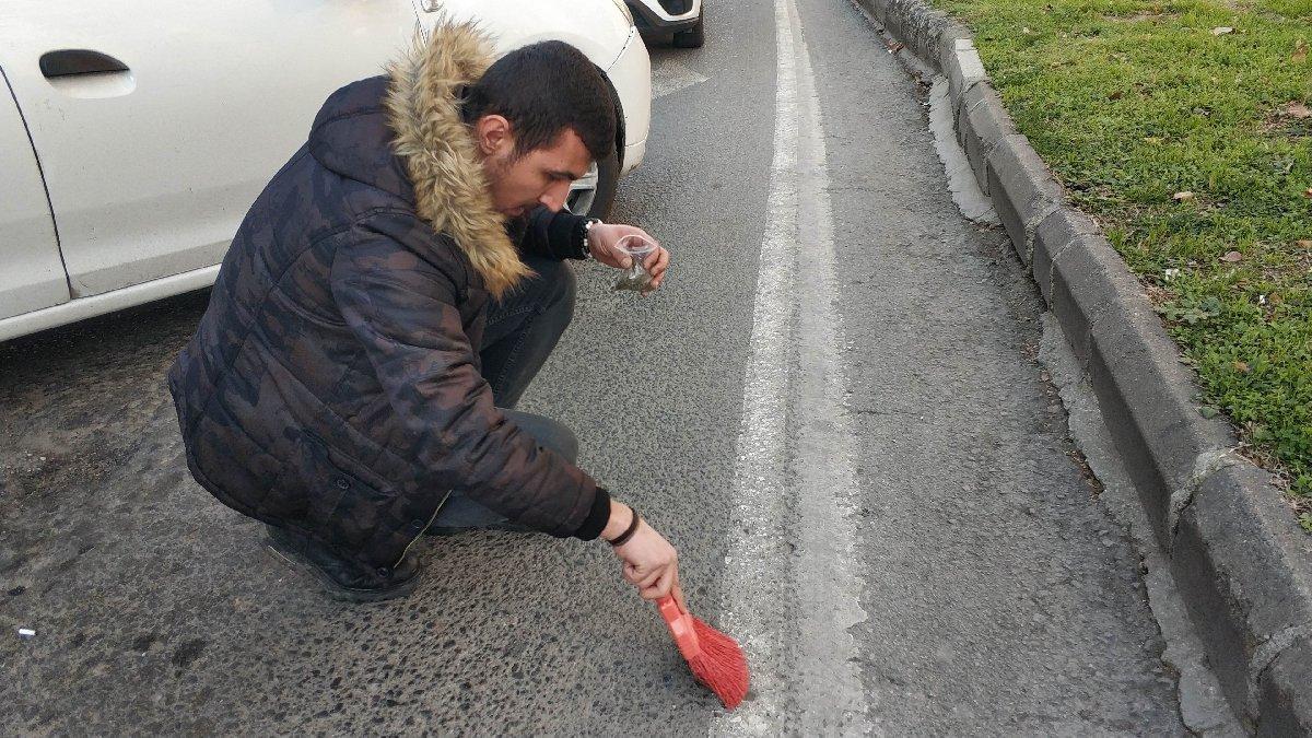 Narkotik polisi fırçayla asfalttan uyuşturucu süpürdü