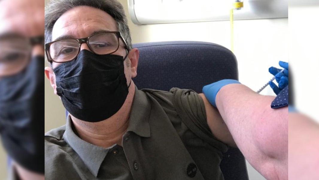 İngiltere'de aşı olan NHS çalışanı Türk doktordan yan etki açıklaması