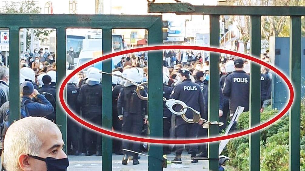 Son dakika... Boğaziçi Üniversitesi'nin kapısına takılan kelepçeyle ilgili inceleme başlatıldı