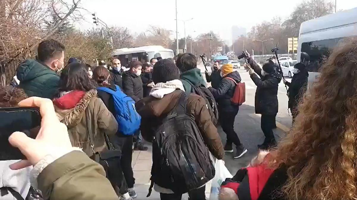 Polisle öğrenciler arasında ilginç diyalog: Yeni rektöre benziyorsunuz