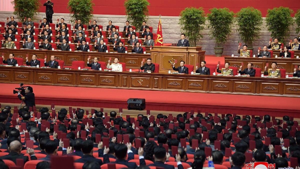 Tek bir vakanın görülmediği Kuzey Kore'de dev kongre... 5 bin kişiden maske takan yok