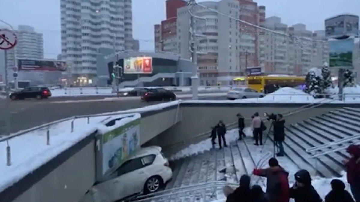 Belarus'ta yürekleri ağıza getiren kaza: Yaya geçidine daldı