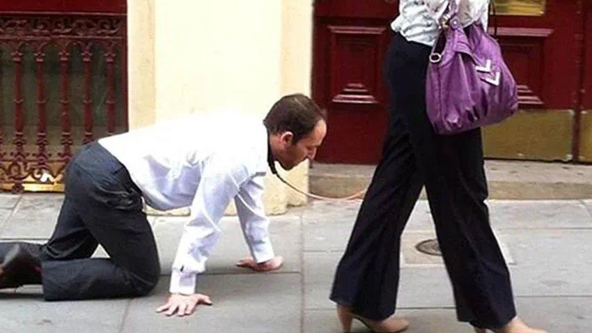 Karantinayı delmek için kocasına tasma taktı