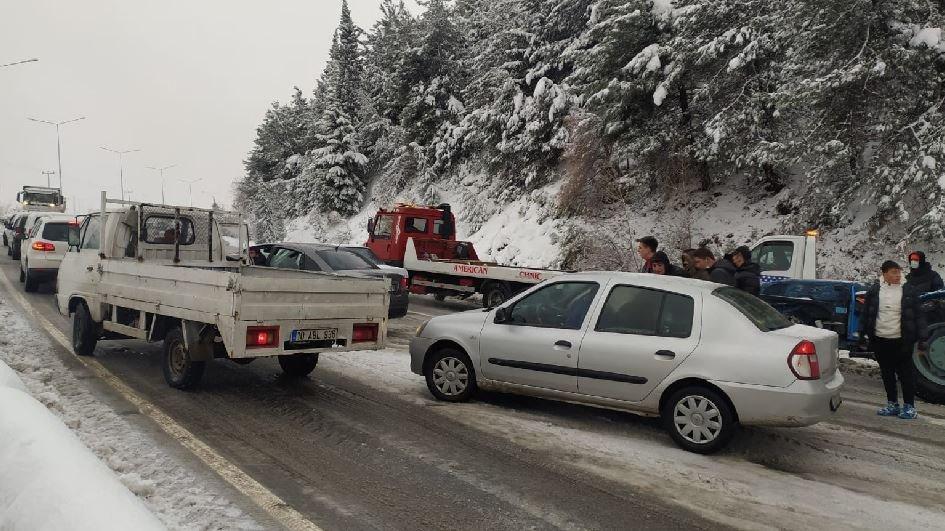 Yol kapandı yüzlerce araç mahsur kaldı