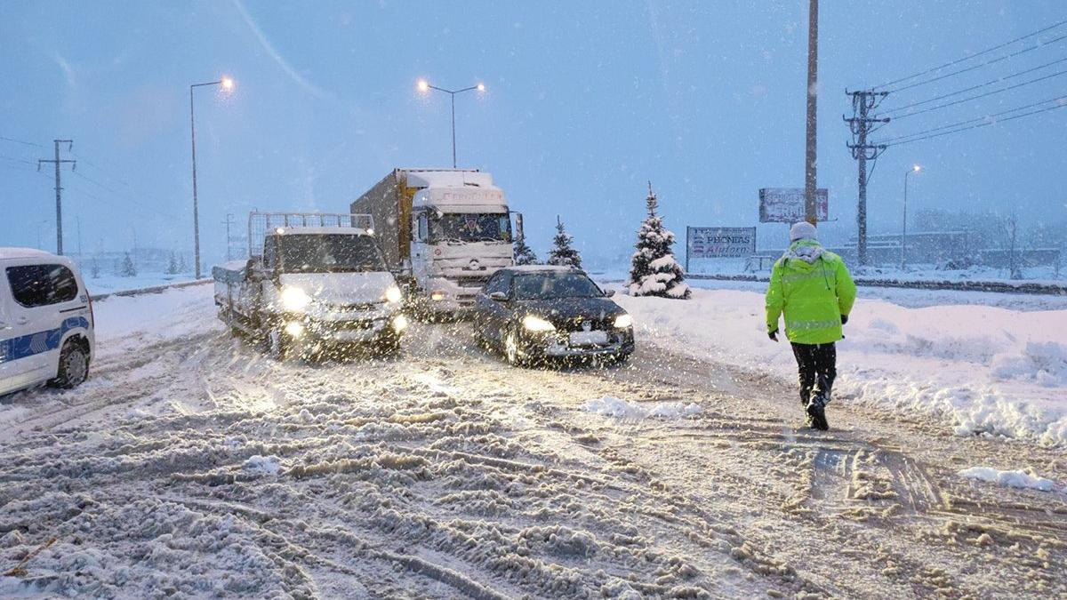 Son dakika... Kar etkisini arttırdı! İstanbul istikameti ulaşıma kapandı