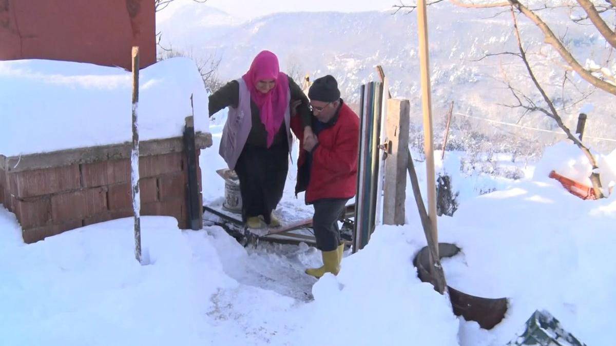 Sevdiği kadın için iki dağ arasına 70 metrelik teleferik yaptı
