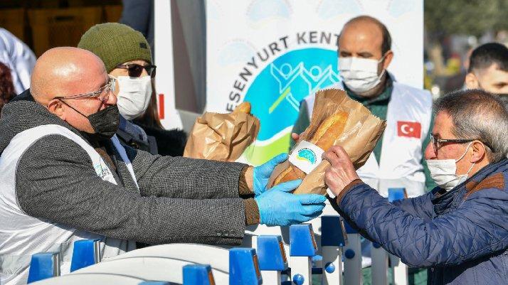 Esenyurt'ta ücretsiz Halk Ekmek dağıtıldı