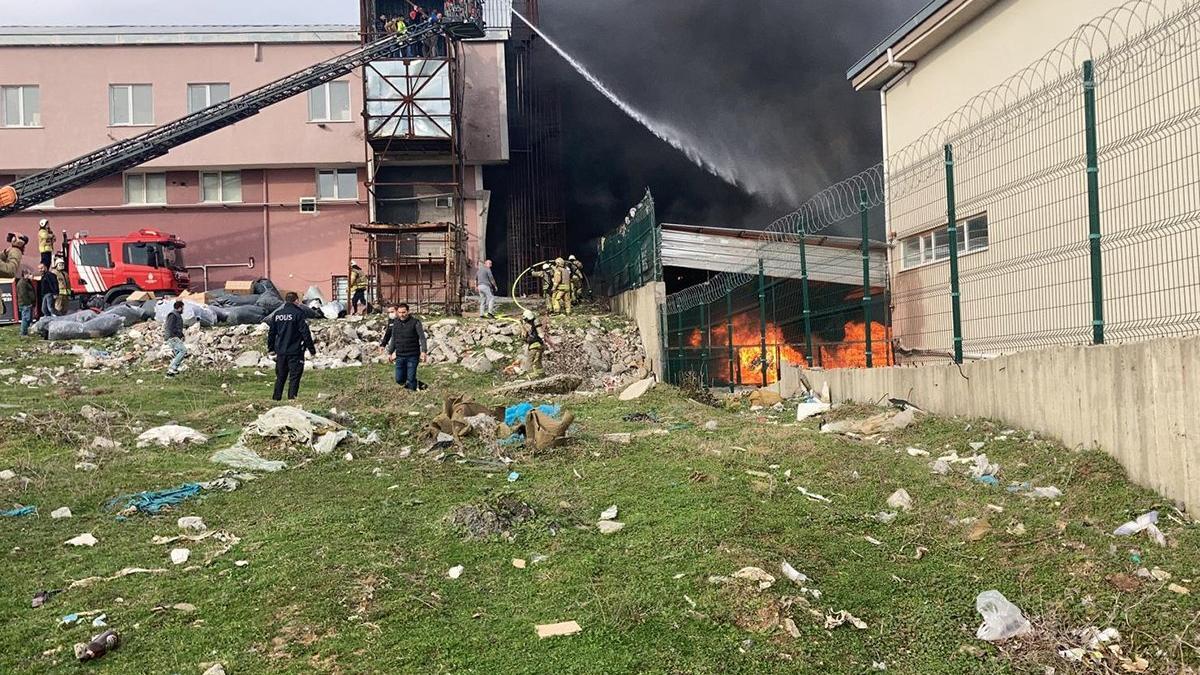Ayakkabı fabrikasında yangında lüks araçlar küle döndü