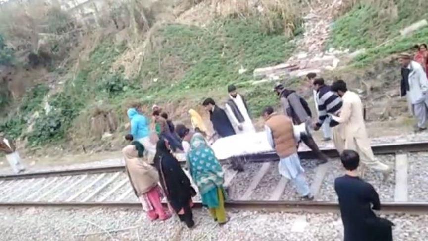 Pakistan'da TikTok videosu çekerken tren çarpan genç hayatını kaybetti