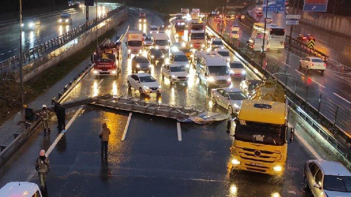 İstanbul'da yön tabelası devrildi: Trafik kilitlendi