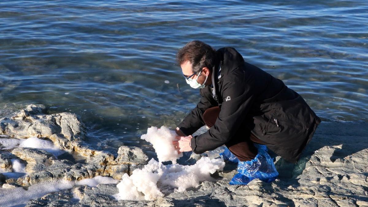 Burdur Gölü'nün köpürmesi endişe yarattı