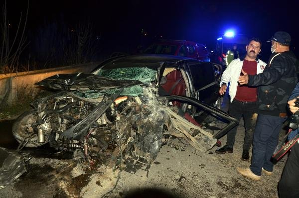 Antalya'da taziyeye giden akrabaların otomobilleri çarpıştı: 6 ölü