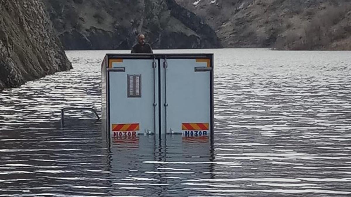 Kapaklar açıldı suyun ortasında mahsur kaldı