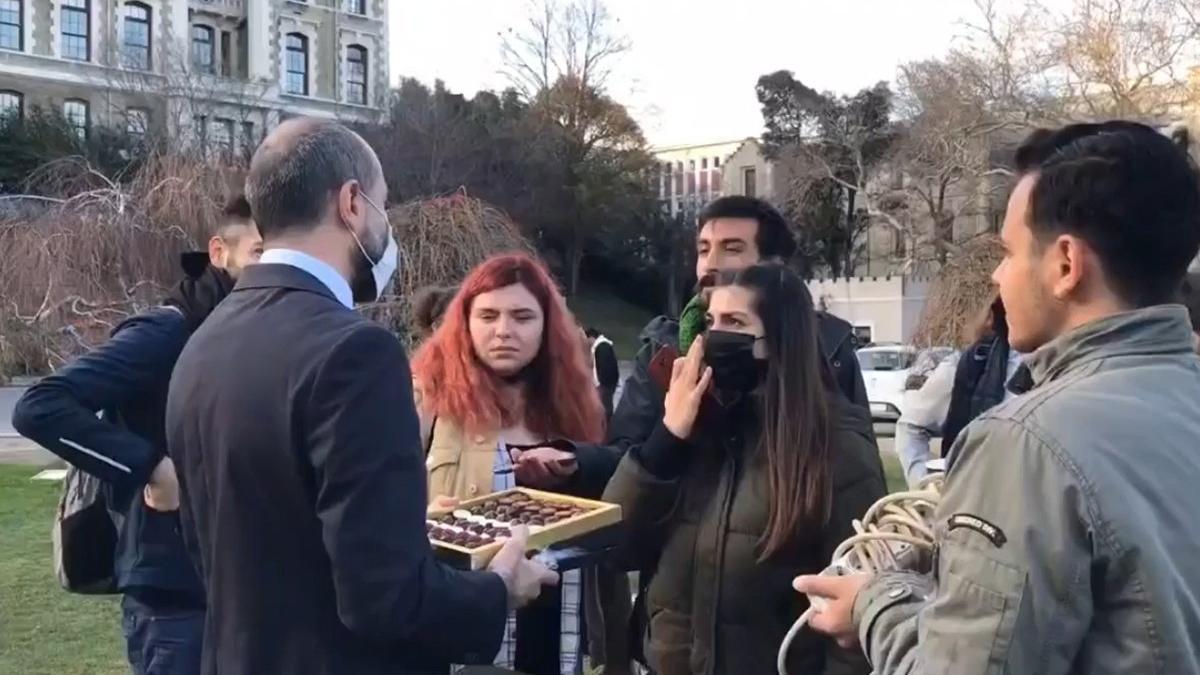 Melih Bulu'nun çikolata ikramına öğrencilerden tepki