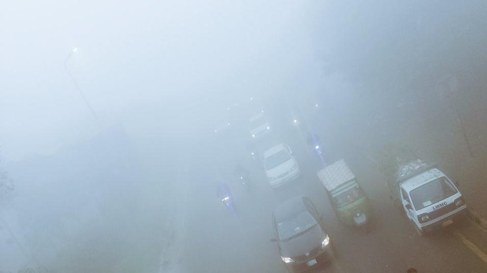 Pakistan'da ulaşıma hava kirliliği engeli: Uçuşlar iptal oldu