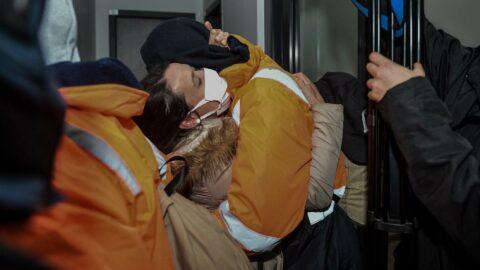 Kaçırılan 15 denizci Türkiye'ye getirildi