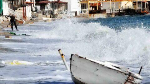 Bodrum'da soğuk hava ve fırtına hayatı felç etti