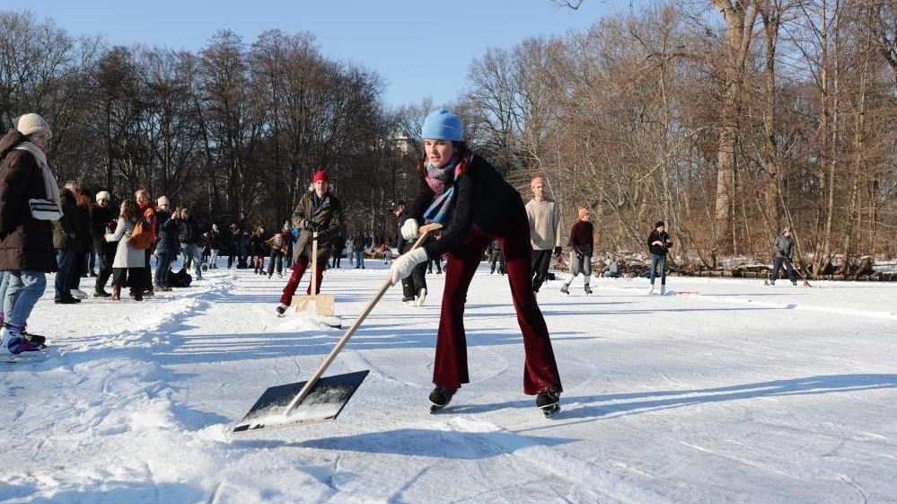 Berlin'de buz tutan göller, pandemiden bunalanların eğlencesi oldu