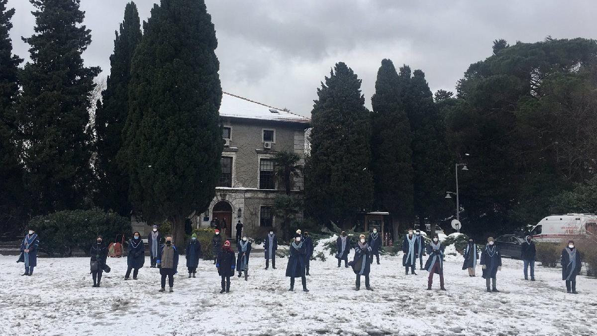 Boğaziçi öğretim üyelerinden dondurucu soğukta rektör protestosu