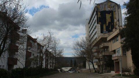 Şiddetli rüzgar, Meslek Yüksek Okulu'nun dış cephesini uçurdu