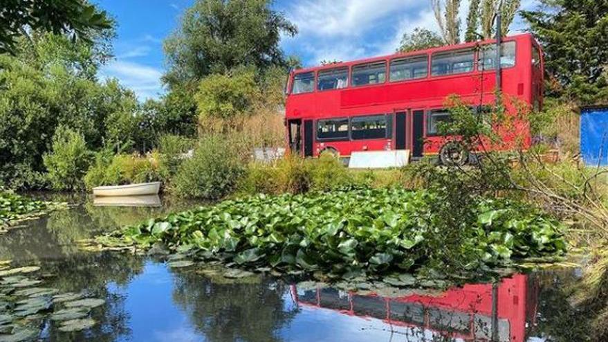 İngiliz çift kira ödememek için otobüsü eve dönüştürdü