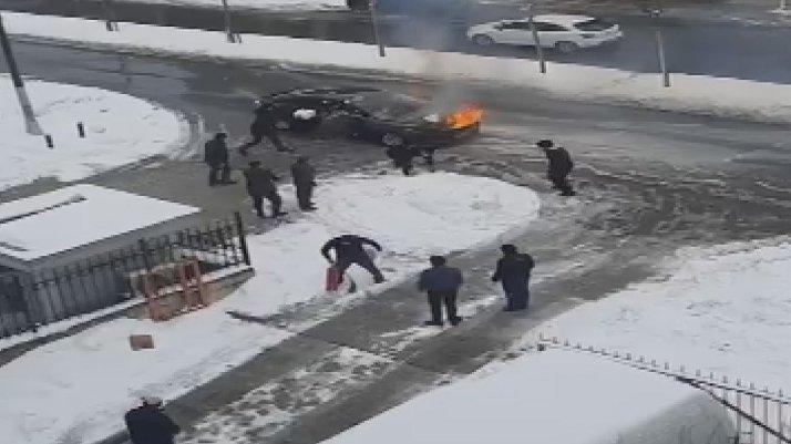 İstanbul'da ilginç olay: Yanan otomobili kartopu ile söndürmeye çalıştılar