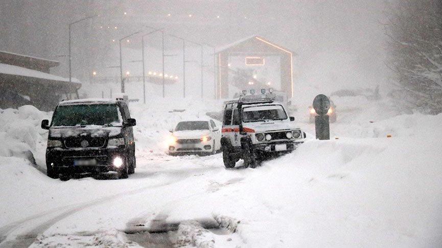 Kar kalınlığı 70 santimetreyi geçti, araçlar yollarda kaldı