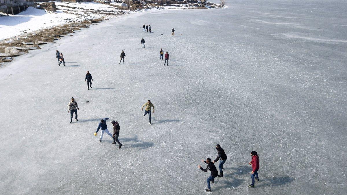 Buz üzerinde futbol keyfi