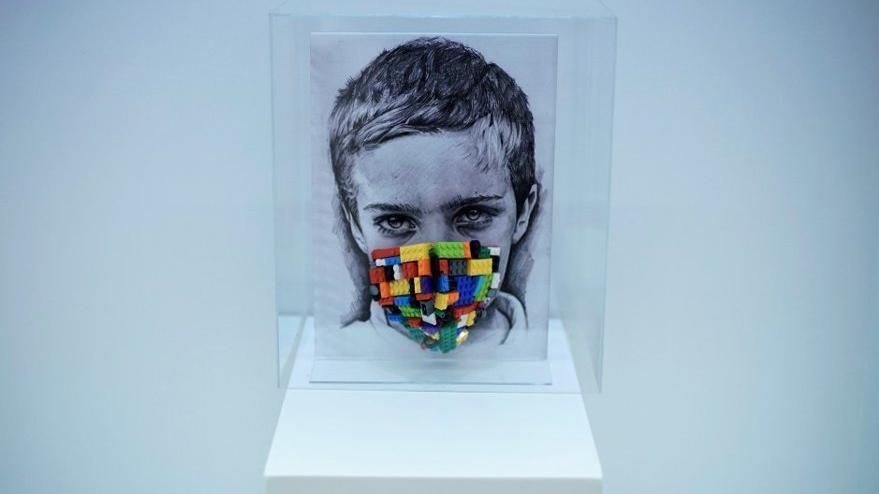 Maskeli hayatı sorgulayan sergi
