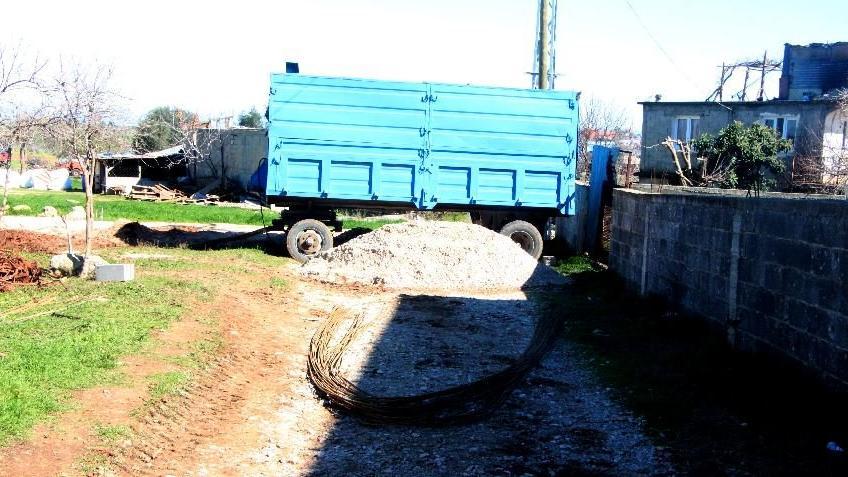 Arsasından geçen yolu kapattı, sağlıkçılar traktörle hastaya ulaştı