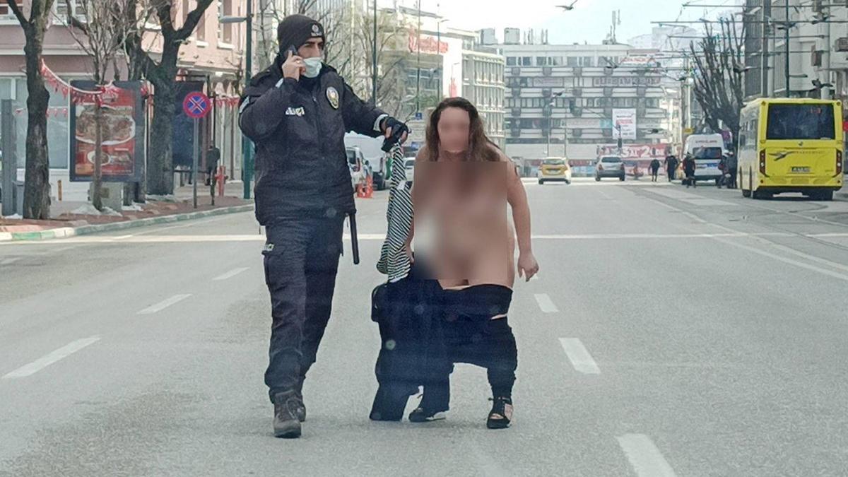 Polis kontrol noktasında ilginç olay! Genç kadın çırılçıplak soyundu ve koşmaya başladı
