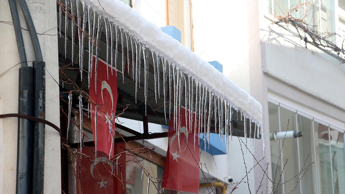 İşte Türkiye'nin en soğuk yeri! Göller buz tuttu, dev sarkıtlar oluştu...