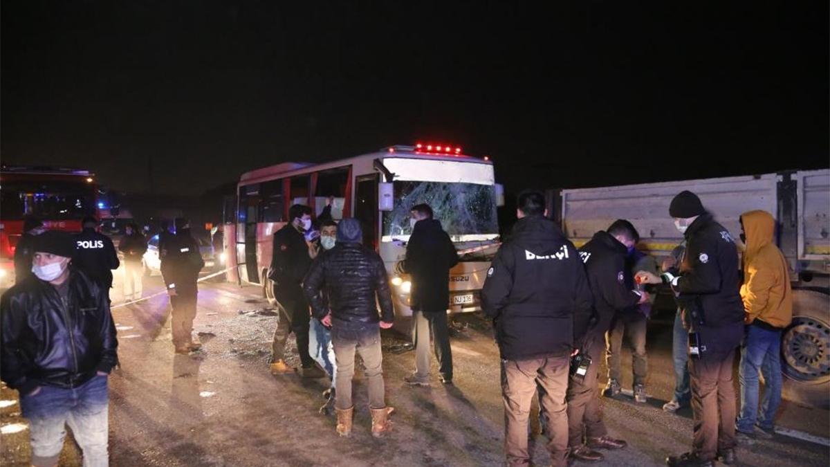 D100'de halk otobüsü tıra çarptı! Yaralılar var