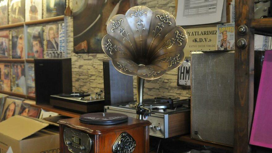 Pikap ve gramofonu tamir ettirdikten sonra başında ağlayanlar var