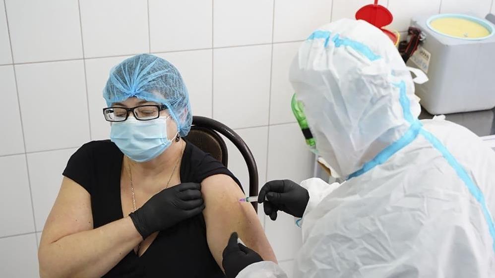 Ukrayna'da ilk corona aşısı bir doktora yapıldı