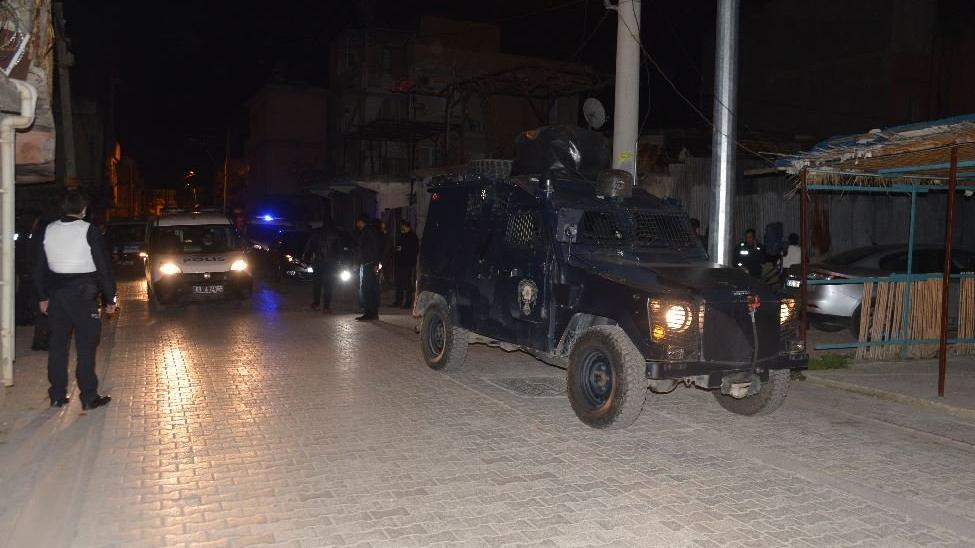 Havaya ateş açan magandalar, mahalle bekçilerine saldırdı