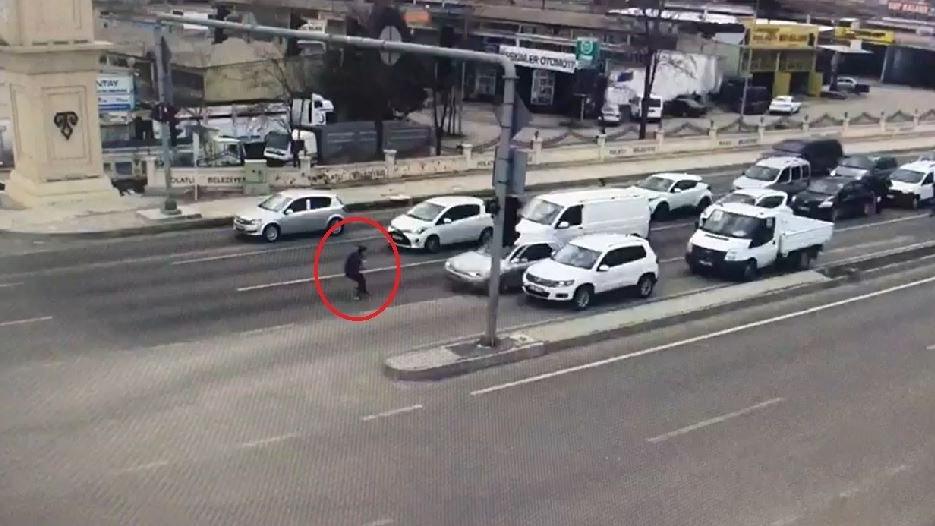 Dur ihtarına uymayan ehliyetsiz sürücü, polise çarptı