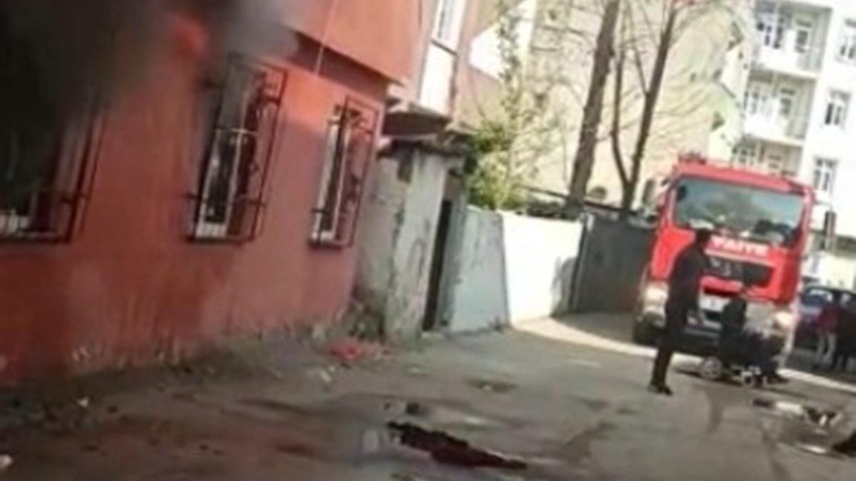 Evini yaktı, söndürmek isteyen itfaiye ekiplerine bıçakla direndi
