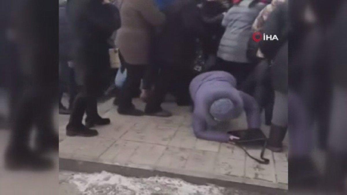 Ukrayna'da ucuzluk kuyruğunda izdiham şoke etti